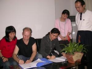 Signature de l'accord avec la directrice du Bureau de Tourisme